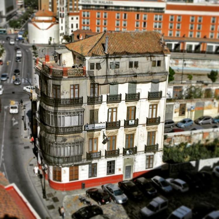 La Mundial se salva de la demolición y proyecto de Rafael Moneo queda en suspenso, Edificio 'La Mundial' en Málaga, España. Image © Anton Ozomek [Flickr CC]