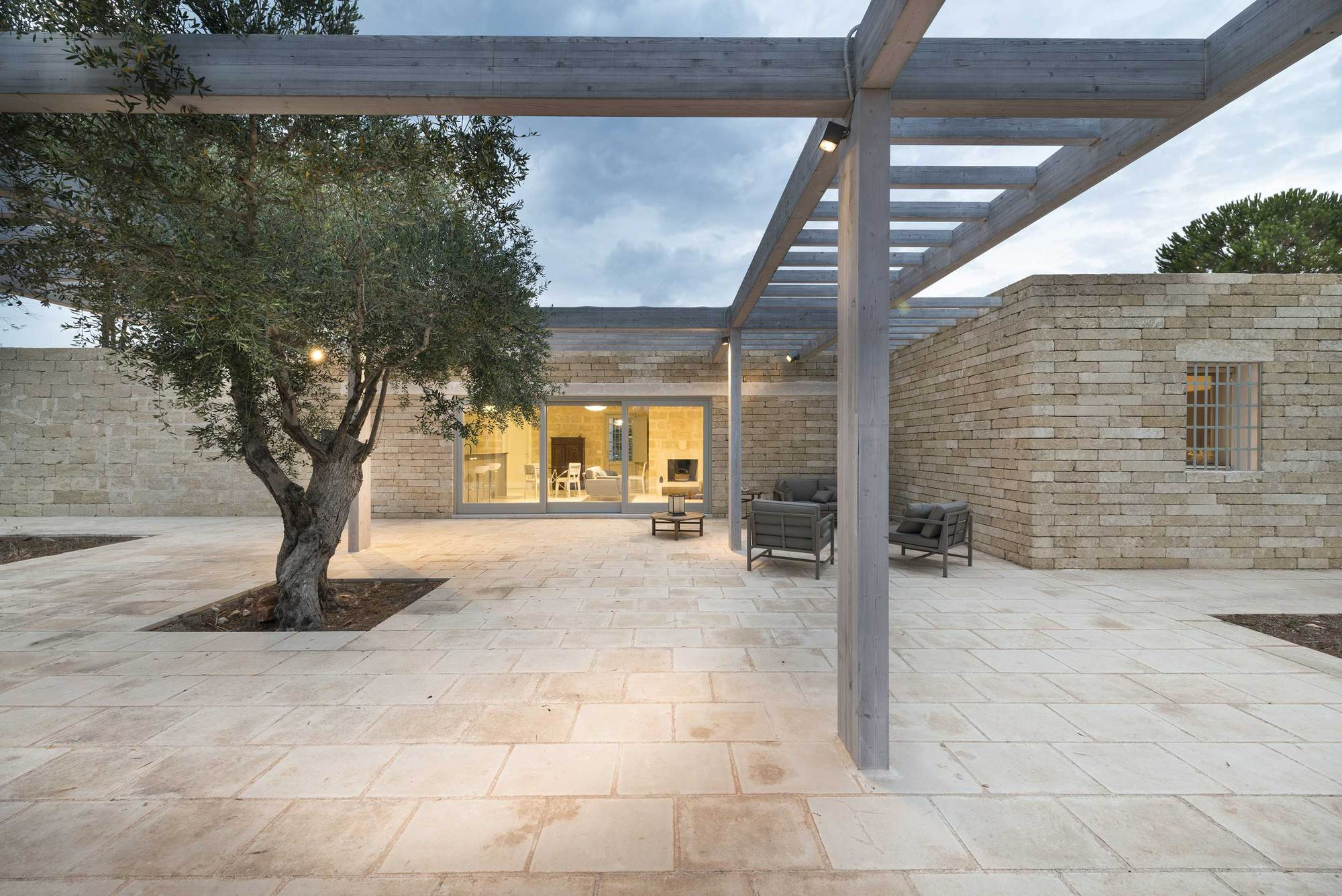 Galeria de resid ncia eco sustent vel em salento massimo for Casa in pietra moderna