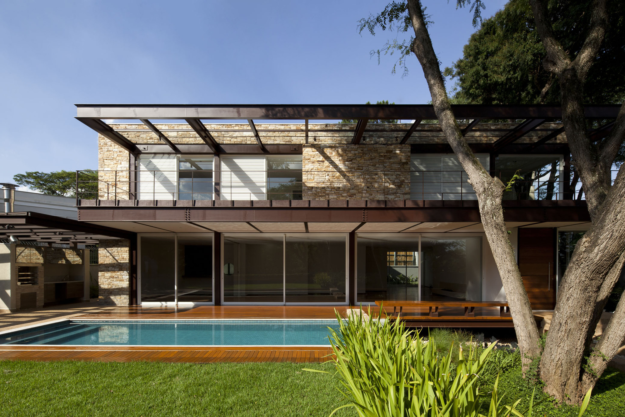 Resid ncia pau brasil vasco lopes arquitetura - Casas en llica de vall ...