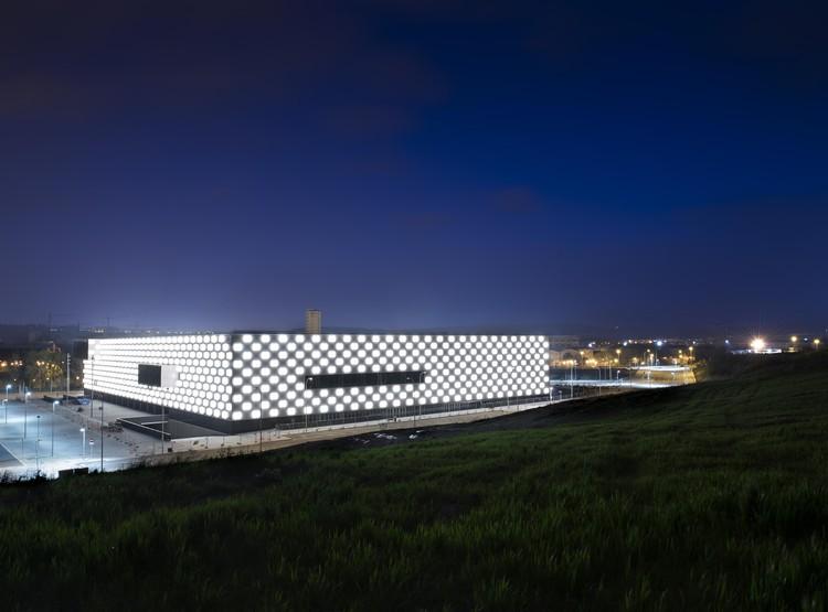 Mil cubos de luz iluminam a fachada do Reyno de Navarra Arena, em Pamplona, Cortesia de Lamp Lighting
