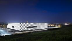 Mil cubos de luz iluminam a fachada do Reyno de Navarra Arena, em Pamplona