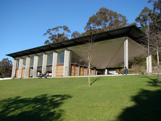 Arthur and Yvonne Boyd Art Centre (1999), Riversdale, West Cambewarra (NSW), designed in collaboration with Reg Lark and Wendy Lewin. Image © <a href='https://www.flickr.com/photos/unrosarinoenvietnam/3783205881/'>Flickr user unrosarinoenvietnam</a> licensed under <a href='https://creativecommons.org/licenses/by-nc-sa/2.0/'>CC BY-NC-SA 2.0</a>