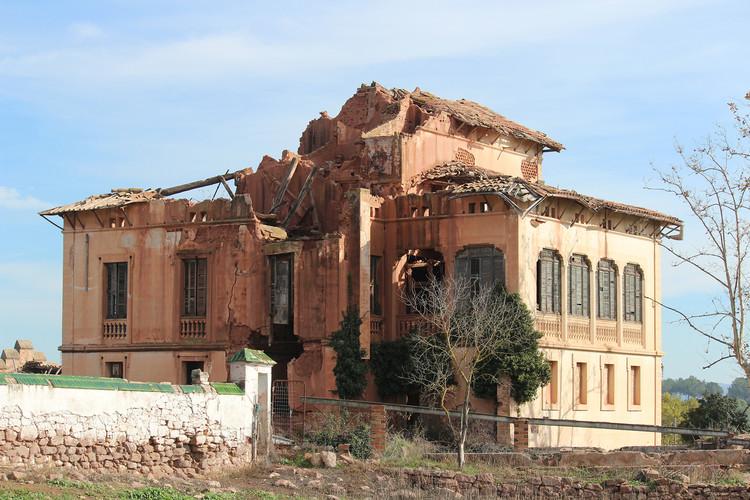 Barcelona: rehabilitación de la Torre Lluvià de Manresa, edificio de 1896, Antes de la Rehabilitación. Image © Santamaria Arquitectes