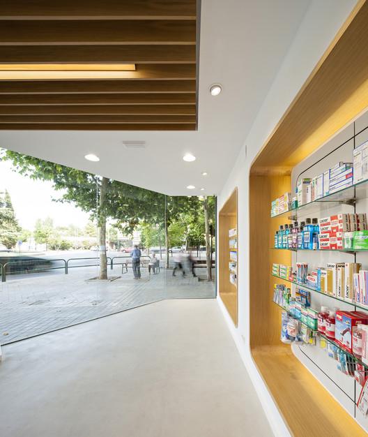 Pharmacy El Puente  / ariasrecalde taller de arquitectura, © Javier Callejas
