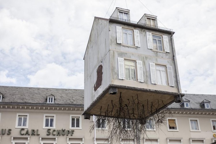 """Pulled by the Roots"", la escultura híper-realista de Leandro Erlich, Cortesía de ZKM"