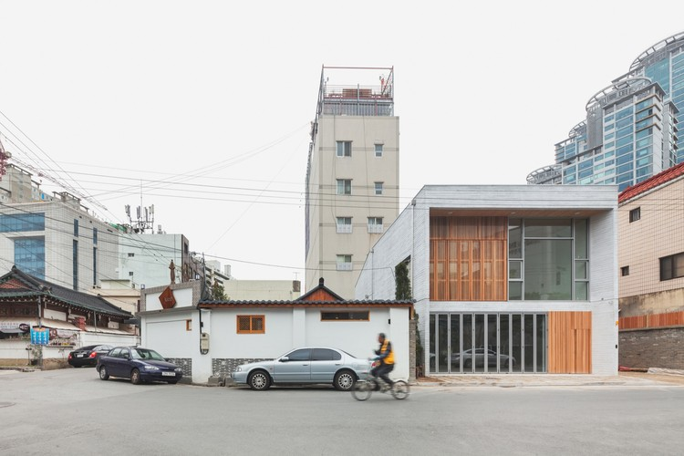 Daebong-dong Commercial Skip Floor / 2m2 architects, © Shin Kyungsub