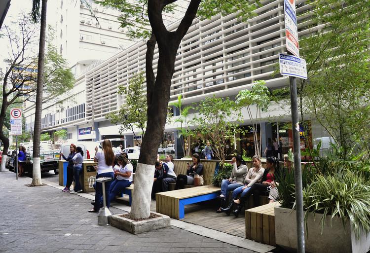 São Paulo abre licitação para a instalação de parklets nas 32 subprefeituras, Parklet construído ao lado do Conjunto Nacional, na Rua Augusta. Image ©  EMBARQ BRASIL, via Flickr. CC
