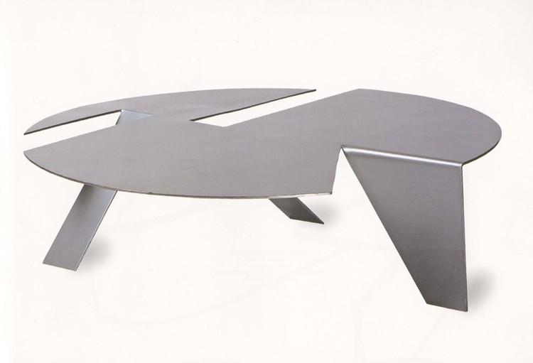 """Instituto Tomie Ohtake apresenta a mostra """"Ruy Ohtake, imprevisibilidades, desenho e mobiliário"""", Mesa Origami Circular, por Ruy Ohtake. Image Cortesia de Instituto Tomie Ohtake"""