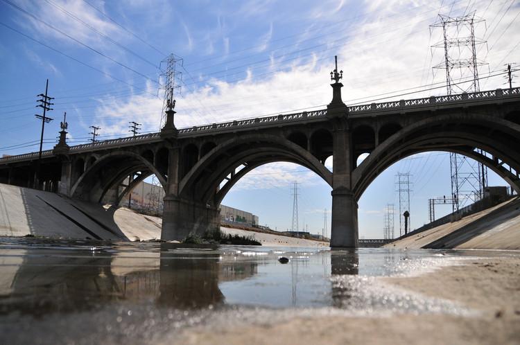 Silenciosamente, Frank Gehry estaría ayudando a reconstruir el río Los Ángeles, Olympic Blvd. Puente (1925) sobre el Río Los Angeles. Imagen © Flickr CC Usuario KCET Departures