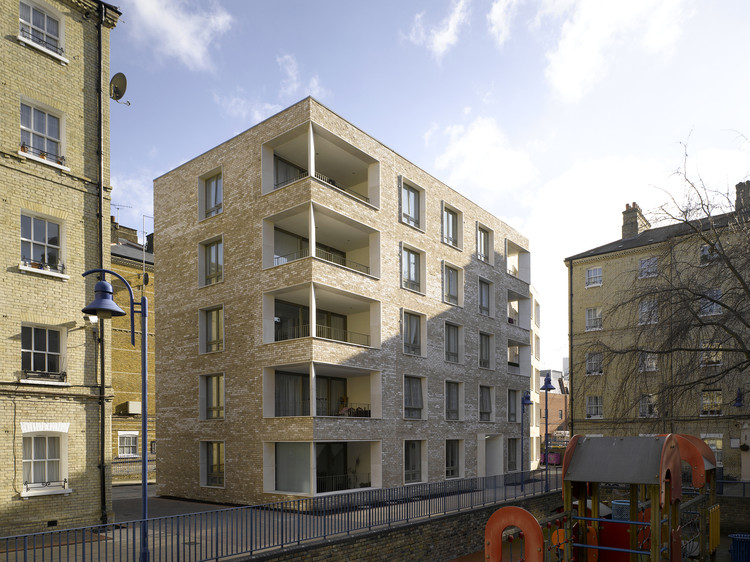 "Rowan Moore on the ""Quiet Revolution in British Housing"", Derbishire Place, London / Níall McLaughlin Architects. Image © Nick Kane"