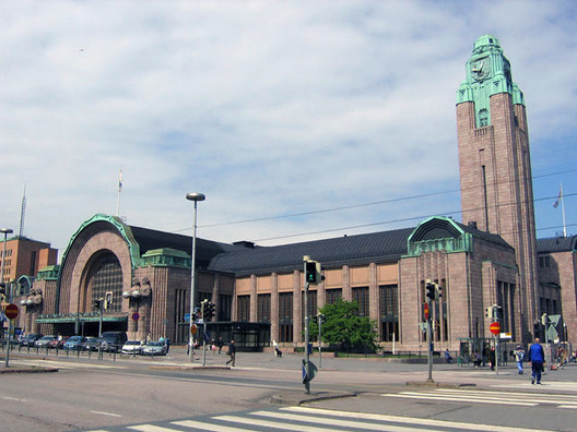 Helsinki Central Railway Station. Image © <a href='https://commons.wikimedia.org/wiki/File:Helsinki_Railway_Station_20050604.jpg'>Wikimedia user Revontuli</a> licensed under <a href='https://creativecommons.org/licenses/by-sa/3.0/deed.en'>CC BY-SA 3.0</a>