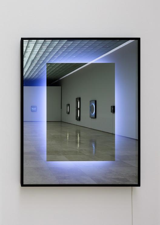 Fotometrías, explorando la fenomenología del espacio por Javier Toro Blum, Uno, Espejo de una dirección, tubos fluorescentes, aluminio, aluminio compuesto, pintura, oscuridad y condiciones lumínicas. Image © Felipe Fontecilla