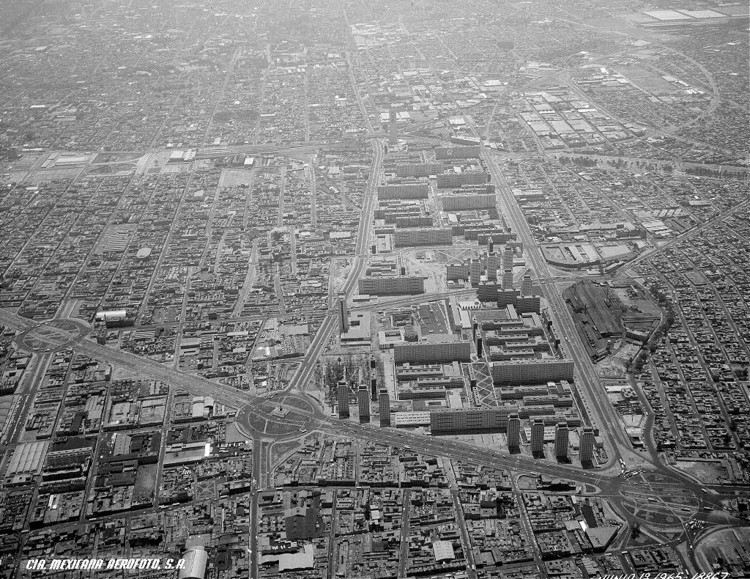 Vista aérea de Tlatelolco en los sesentas.. Image vía Archivo Histórico de Fundación IC