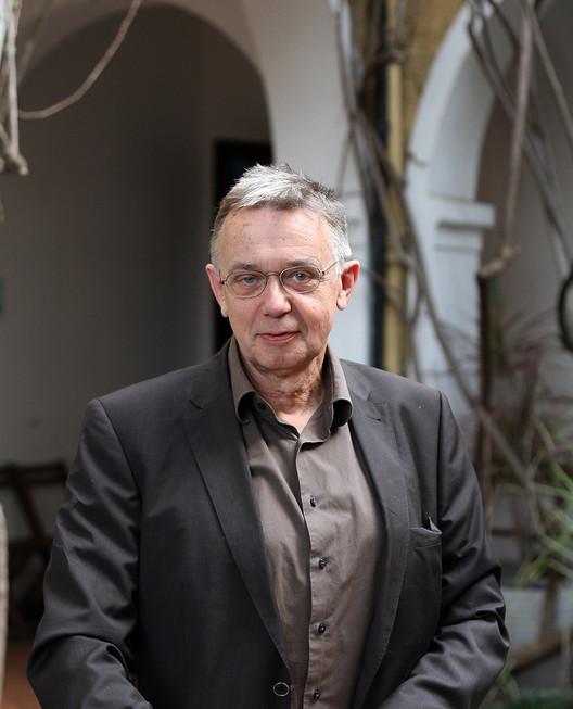 Entrevista com Heinz Emigholz: Diálogos cruzados entre cinema e arquitetura, Heinz Emigholz no pátio do Goethe Institut. Image © Romullo F.