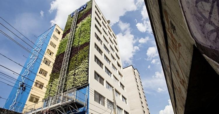 Primeiro jardim vertical nos arredores do Minhocão está prestes a ser concluído, via revistaqualimovel.com.br