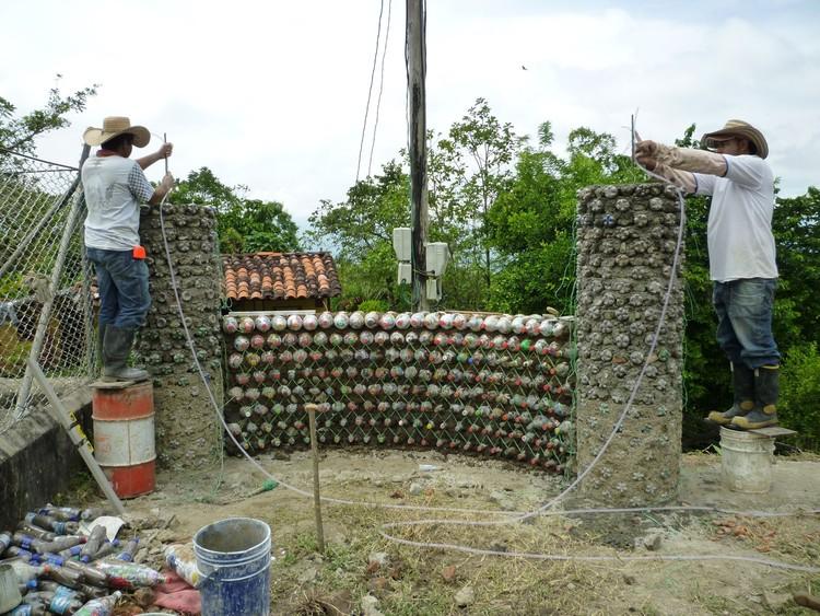 En detalle construcci n con botellas recicladas - Colocar piedra en pared ...