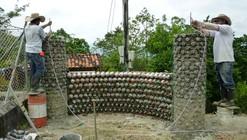 En Detalle: Construcción con botellas recicladas