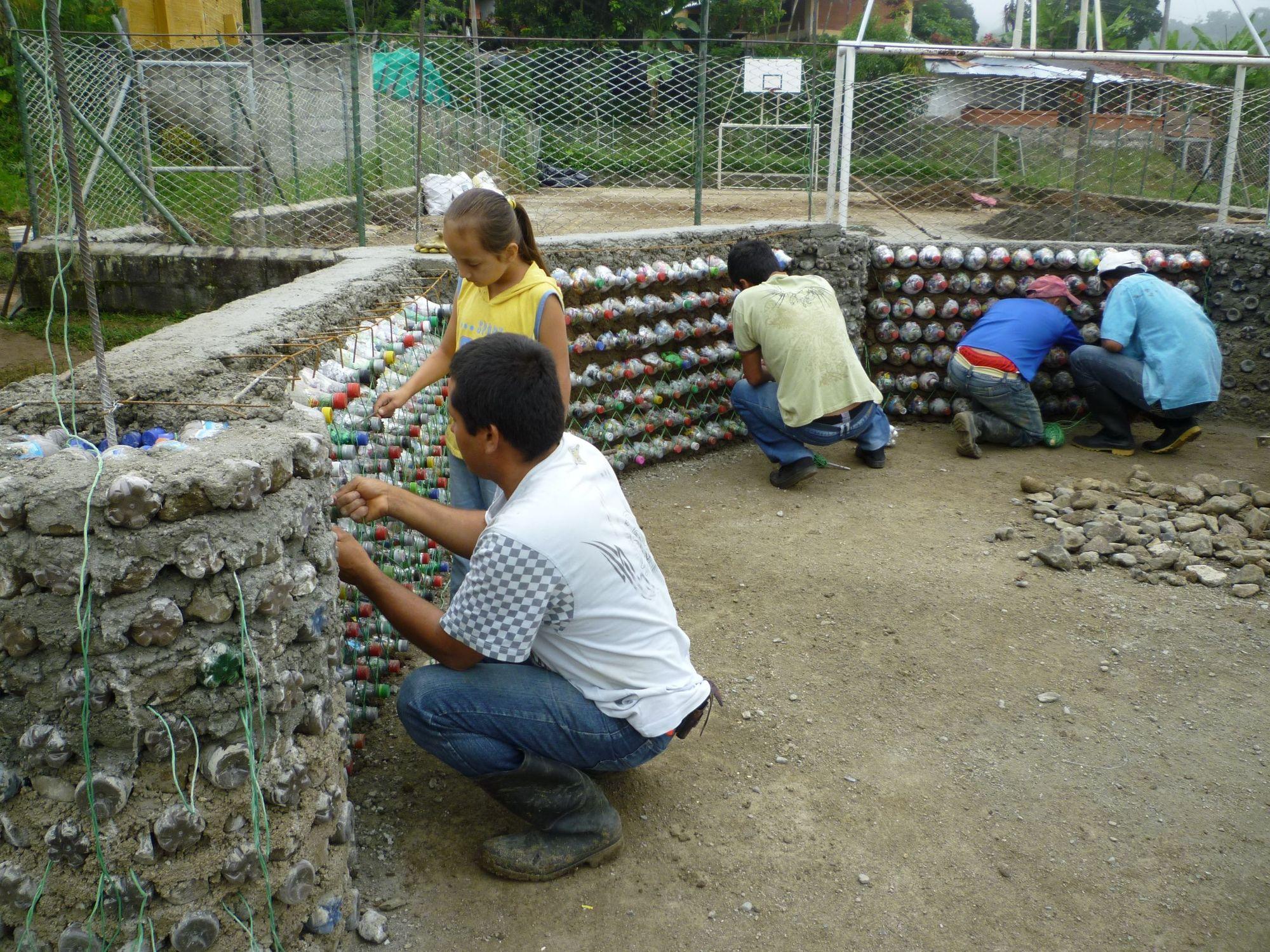 Galer a de en detalle construcci n con botellas for Bordillos de hormigon para jardin