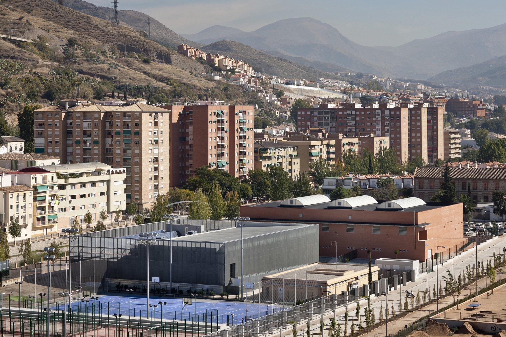 Gallery of swimming pool in bola de oro sports centre for Piscina cubierta bola de oro granada
