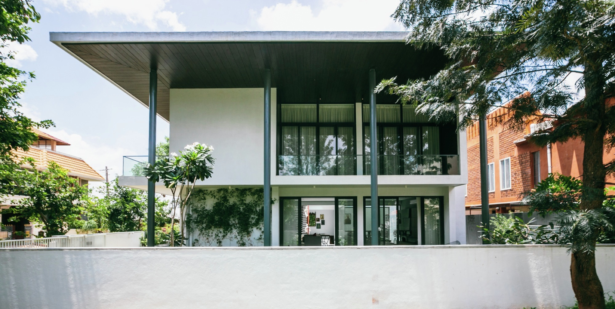 Gallery of courtyard house abin design studio 15 for Courtyard houses design ideas