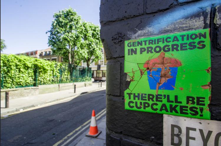 """Gentrificação: envergonhar-se não basta, """"Gentrificação em processo - Haverá cupcakes!"""". Cartaz em Cheshire Street em Londres. Imagem © MsSaraKelly [Flickr CC]"""