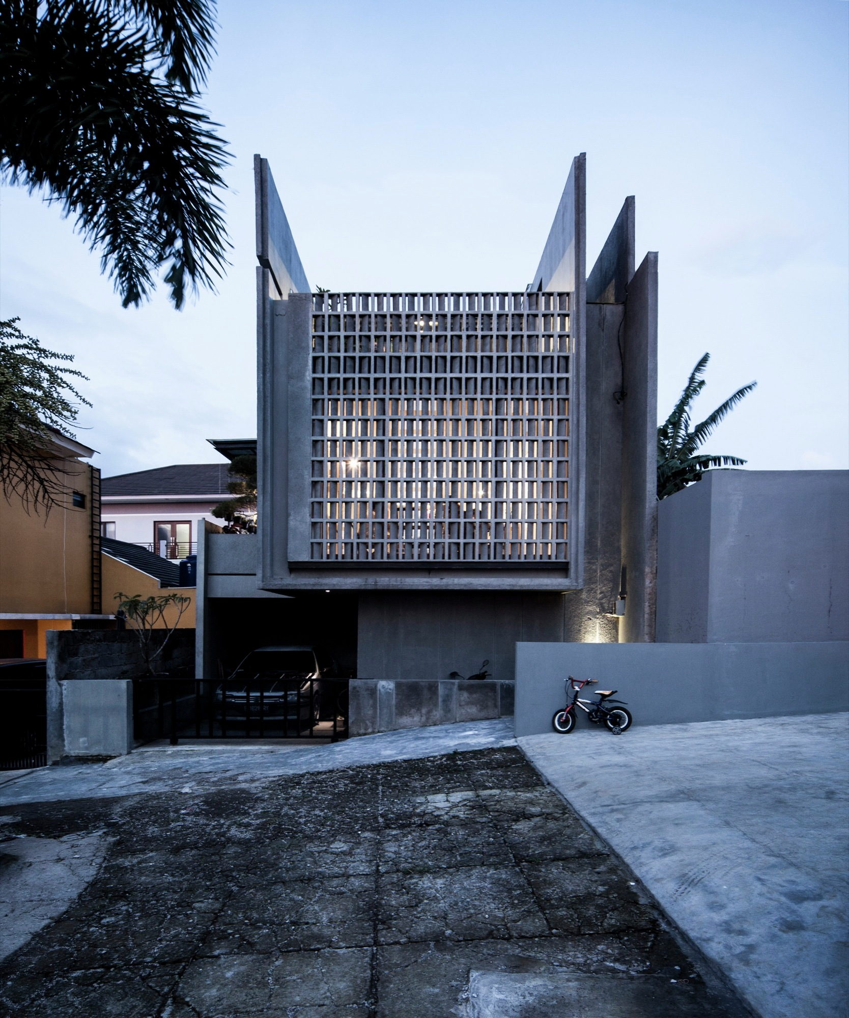 Conformable Minimax House in Lembang / eben