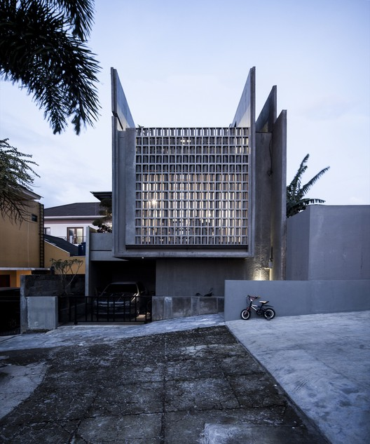 Conformable Minimax House in Lembang / eben, © Leonard Kawun