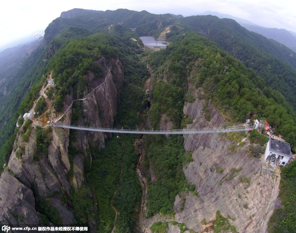 China inauguró puente de cristal de 300 metros de largo
