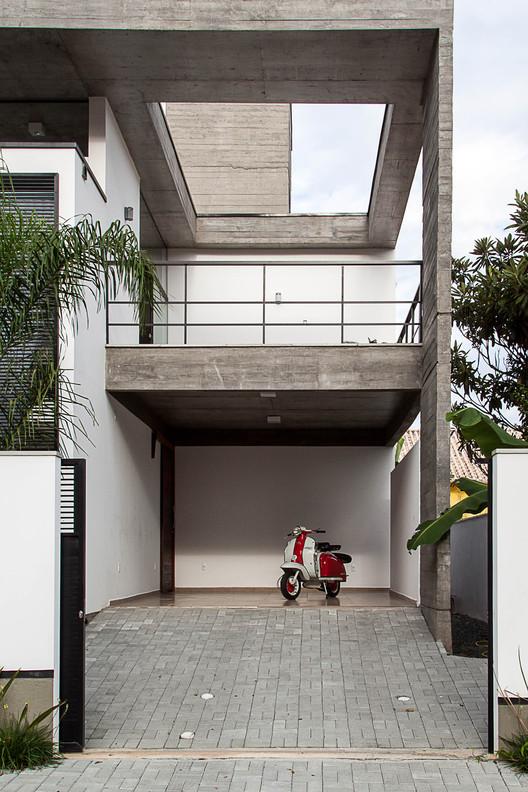 Casa e pjv arquitetura archdaily brasil - Rampas de garaje ...