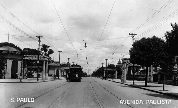 Avenida Paulista através de seus antigos casarões, Avenida Paulista na década de 1910, apenas bondes e pedestres. Image Cortesia de São Paulo Antiga