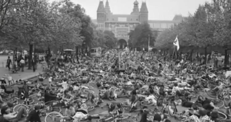 Vídeo: Como a Holanda conquistou suas ciclovias, Protestos em massa na Holanda contra o domínio dos carros