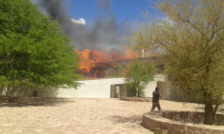 Se incendia Hotel Explora en San Pedro de Atacama, Incendio del Hotel Explora en San Pedro de Atacama. Image vía @gonzaloramirex [Twitter]