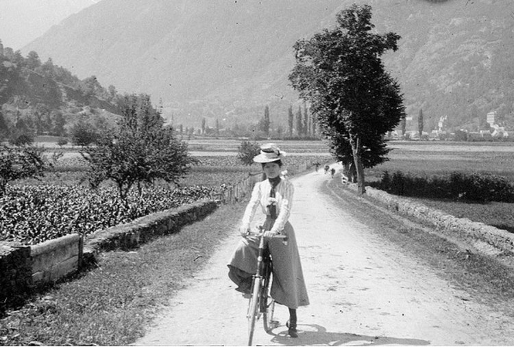 """Três mulheres que mudaram a história do ciclismo urbano, Annie """"Londonderry"""" Kopchovsky. Imagem via Ladyland"""