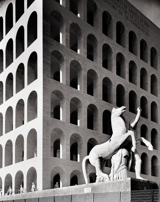Palazzo della Civiltà Italiana em Roma é reapropriado pela marca Fendi , Palazzo della Civiltà Italiana (o Colosseo Quadrato). Imagem via Foter
