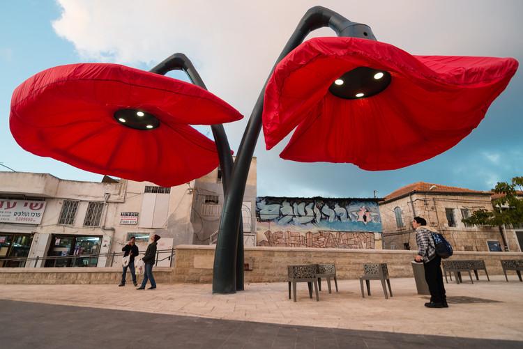 Estas gigantescas flores se despliegan al sentir la presencia de peatones, © HQ Architects