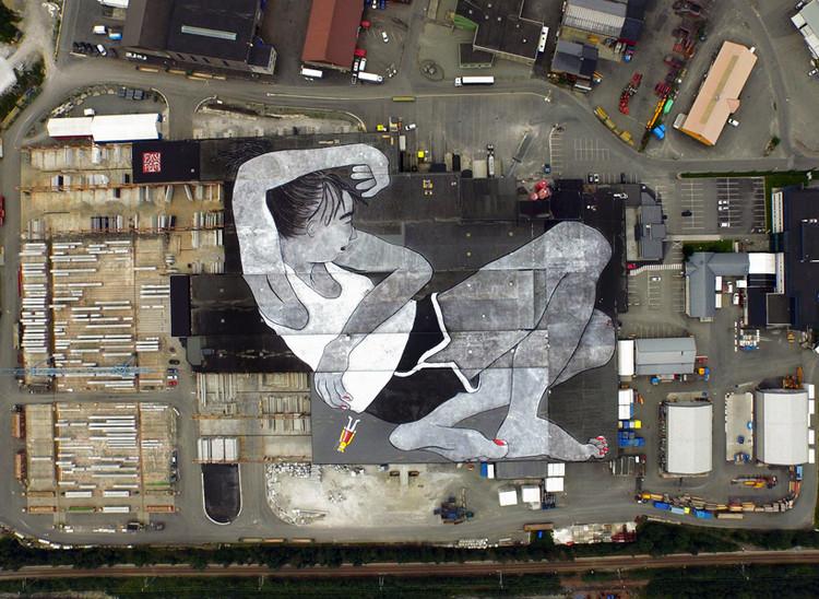 """Los franceses Ella & Pitr pintan el mural más grande del mundo en Noruega, """"Lilith and Olaf"""". Image © Ella & Pitr"""