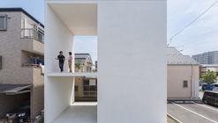 Pequeña casa con una gran terraza  / Takuro Yamamoto