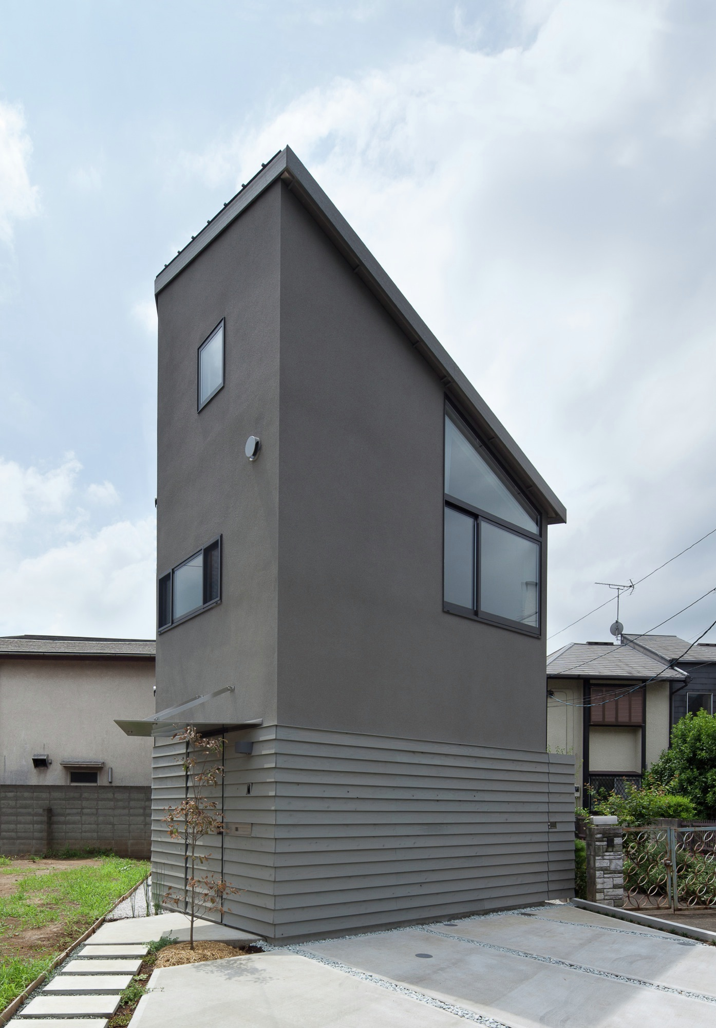 Small House With Floating Treehouse / Yuki Miyamoto Architect