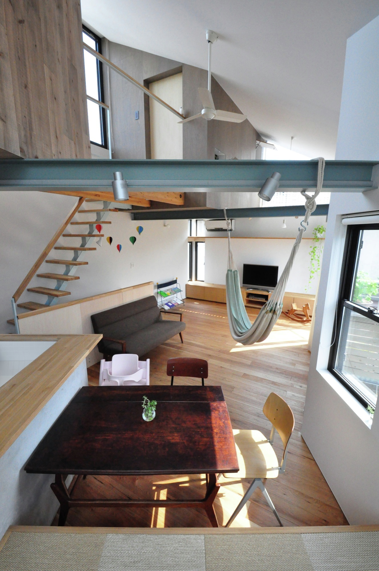Gallery of small house with floating treehouse yuki for Large family living in small house