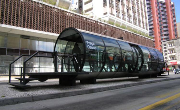 OMS cita Curitiba e Porto Alegre como exemplos de redução da poluição, Ponto de ônibus em Curitiba. Image via  Wikimedia Commons / CC0