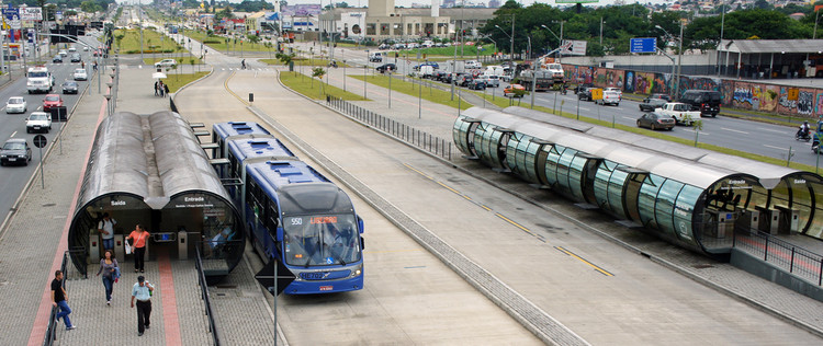 Cómo diseñar corredores de buses que mejoren la seguridad vial según Embarq, Corredor BRT en Curitiba, Brasil. © mariordo59. Image vía Flickr