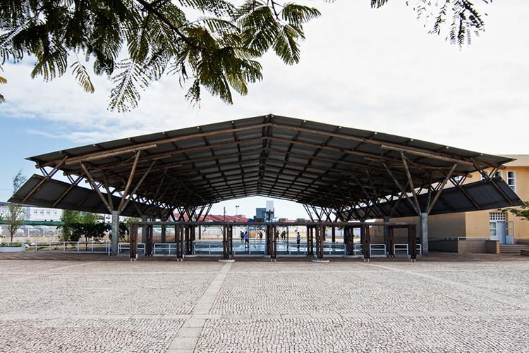 """Conferência """"José Forjaz – 50 anos de arquitectura em Moçambique"""" no Museu dos Coches, Cobertura esportiva da Escola Portuguesa de Maputo, Moçambique (2009). Image via José Forjaz Arquitectos"""