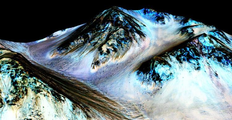 Algo se construye en Marte, (fig.2) Recurring 'Lineae' on Slopes at Hale Crater, Mars (2015). Image © NASA/JPL/University of Arizona