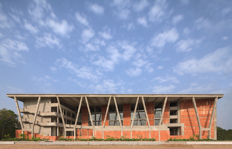 Instituto de Engenharia e Tecnologia - Universidade de Ahmedabad / vir.mueller architects, © Andre J. Fanthome