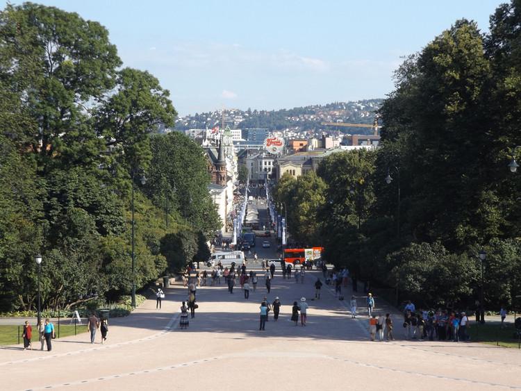 Oslo busca prohibir los automóviles en el centro en 2019, Centro de Oslo, Noruega. © Dougtone. Image vía Flickr