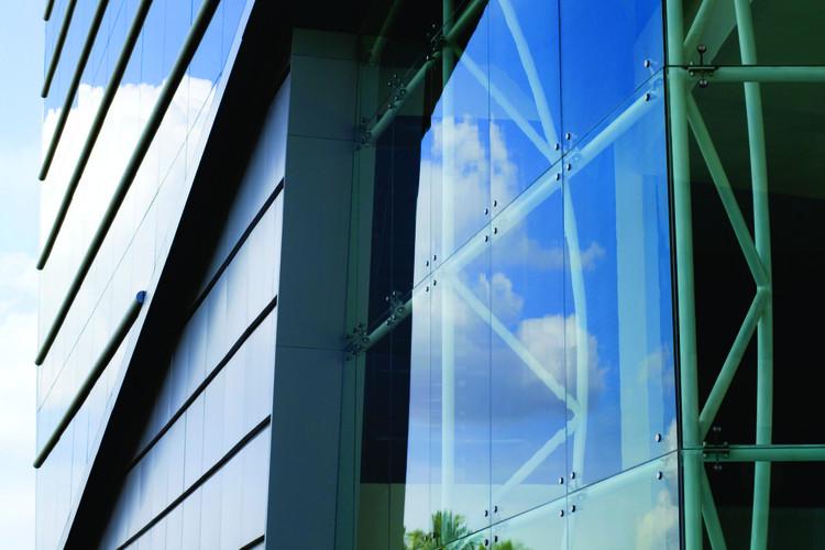 Vidro como aliado na construção de edifícios sustentáveis, Aplicação vidro de controle solar Cool Lite STB. Image via Cebrace