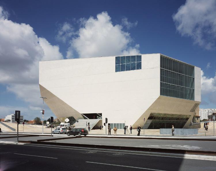 """Trienal de Arquitetura de Lisboa: """"É sempre à forma que regressa o arquiteto"""", """"Na forma cabe muita coisa"""". Casa da Música na cidade do Porto, por OMA. Image © Philippe Ruault"""