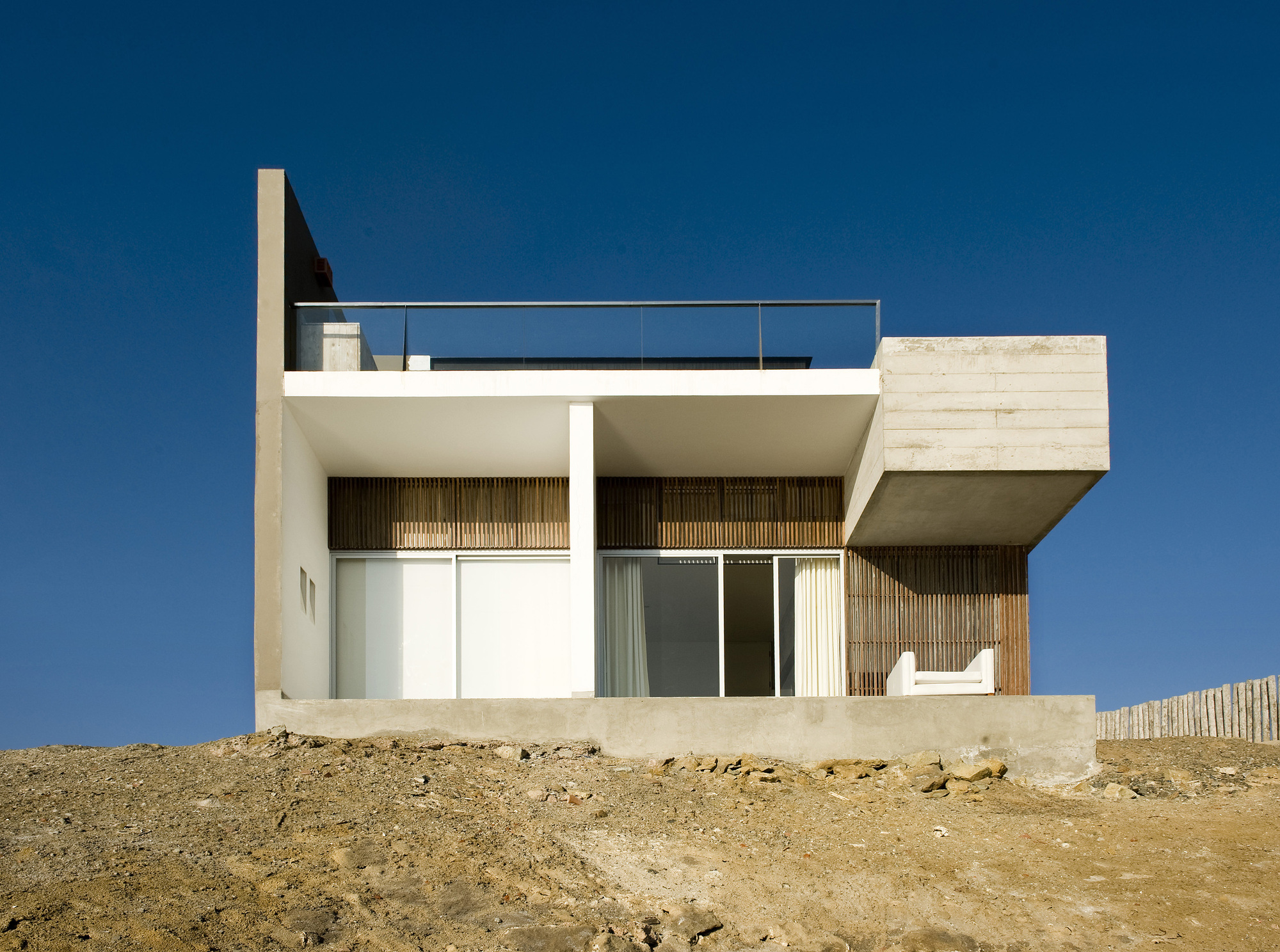 Beach house jordi puig archdaily for Parrillas para casa de playa