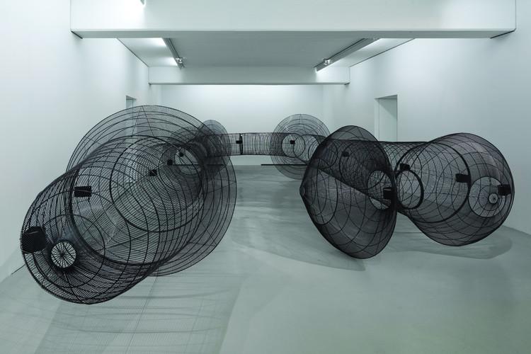 Outras Periferias: exploração espacial e construtiva baseada em jaulas de pássaros, Cortesia de Galería Patricia Ready