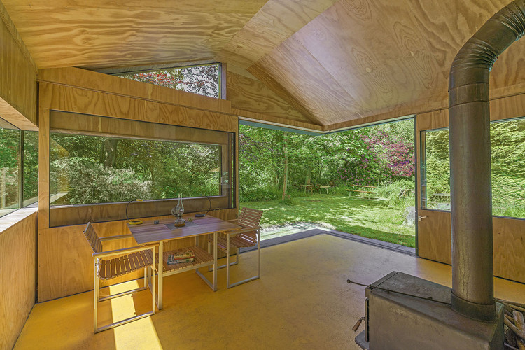 Thoreau 39 s cabin cc studio archdaily - Casas de madera por dentro ...